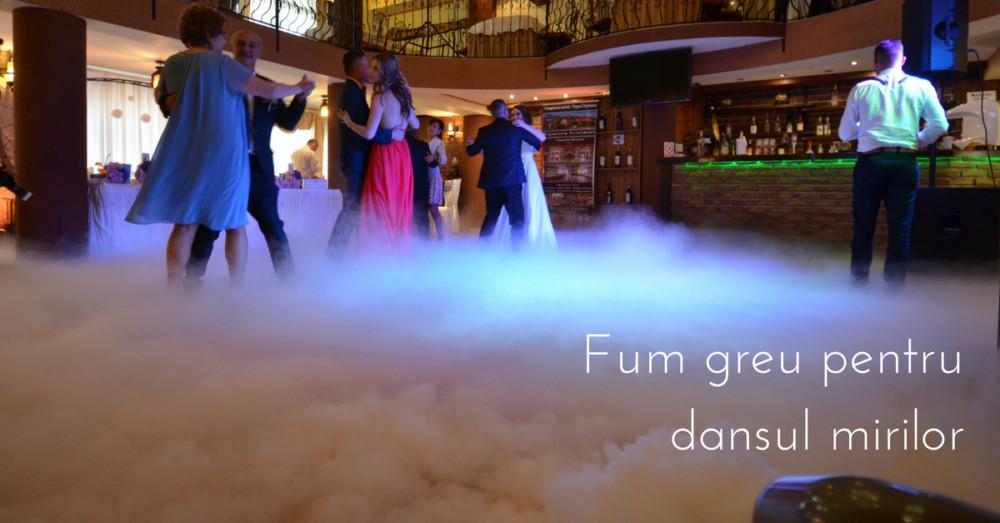 Fum greu cu gheata carbonica pentru dansul mirilor